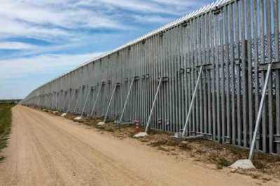 Ο ΥΠΕΞ της Ουγγαρίας υπεραμύνεται τους φράκτες στα σύνορα κι επικρίνει τους αξιωματούχους της ΕΕ